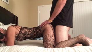 Milf sexy donne son cul en levrette